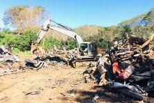Les véhicules hors d'usage sont enlevés, dépollués, décortiqués et compactés avant d'être transportés.