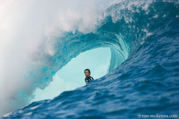 Le californien Brett Simpson bien profond à l'intérieur d' un tube de Teahupoo