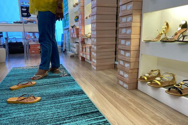 Cliente essaye des chaussures
