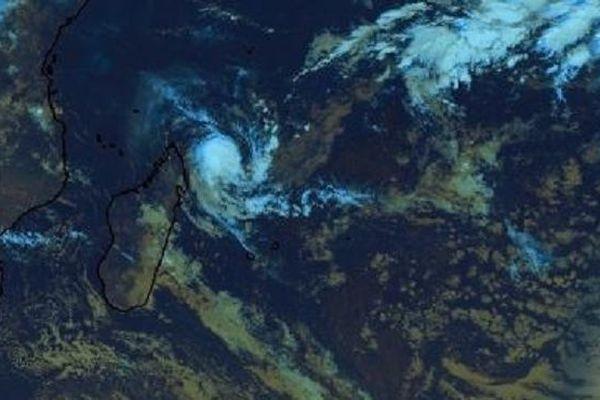 A 890 km de La Réunion, la forte tempête tropicale Alcide faiblit