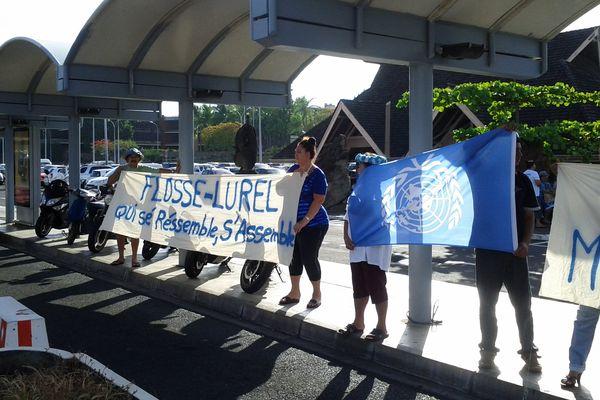 Manifestants du Tavini à l'aéroport de Faa'a pour protester contre l'arrivée de Victorin Lurel