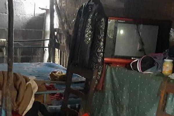 Intérieur de la case en tôles de la cité Anoska à l'île Maurice. Lieu du viol d'une enfant de 3 ans. 2 Juillet 2020