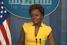 Karine Jean-Pierre à la tribune de la salle de presse de la Maison blanche