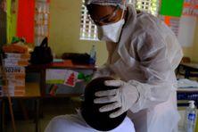 Réalisation d'un test salivaire dans une école de Martinique.