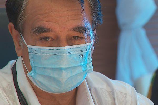 Antony GEROS le visage grave en conférence de presse