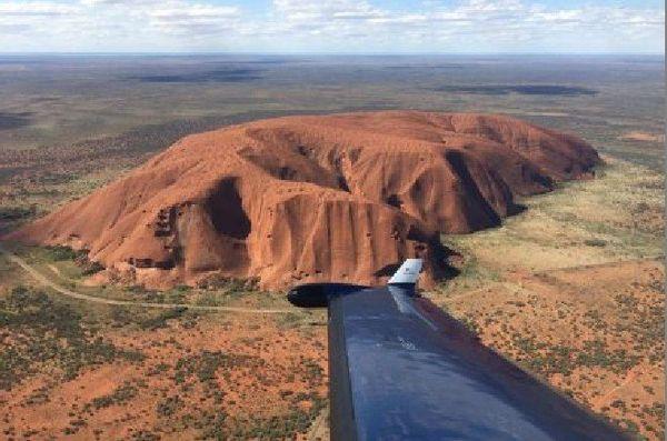 Uluru vu de l'avion des secouristes du Territoire du Nord.