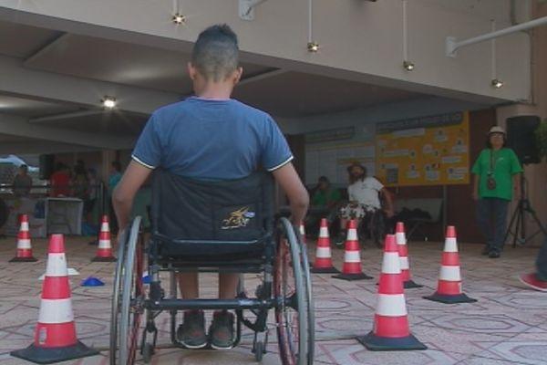 Parcours en fauteuil roulant à la journée du handicap au Congrès (7 octobre 2017)