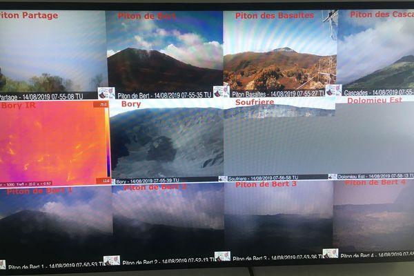Les caméras de surveillance à l'Observatoire volcanologique du Piton de la Fournaise.