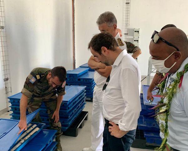 Le ministre Lecornu en visite à Moruroa