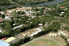Vue aérienne du village de Thio.