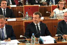 Le président Emmanuel Macron entouré de Rodolphe Alexandre à gauche et de Jean-Claude Juncker à droite