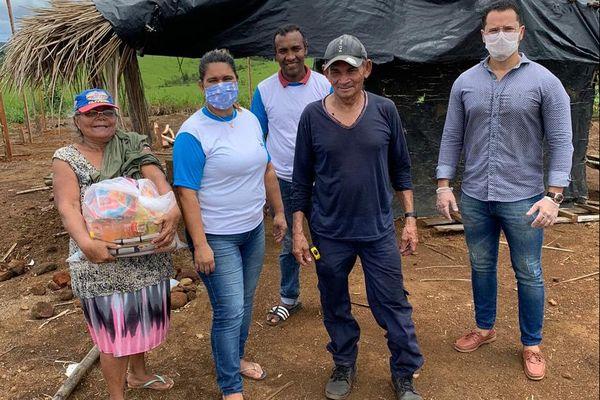 Lima da Silva Campos distribue de l'aide alimentaire