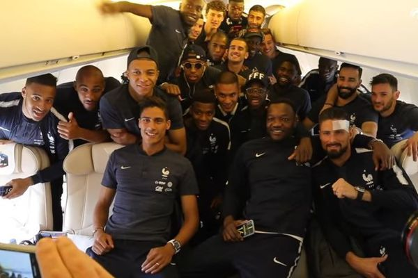 equipe france football avion russie
