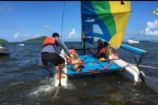 Enfants sur bateau à voile