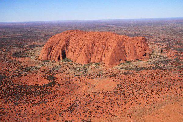 300 000 touristes se rendent chaque année à Uluru, la montagne sacrée des aborigènes