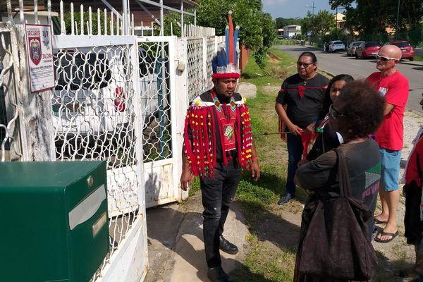 Le chef du village Kuawano de Kourou Eric Louis devant le consulat du Brésil