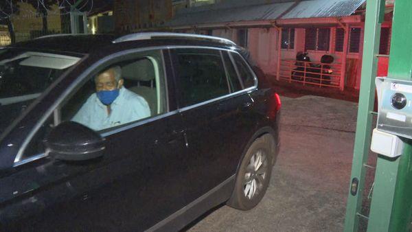 Jean-Claude Labrador sort des locaux de la police judiciaire de CayenneL