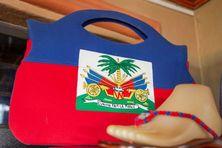 La reproduction du drapeau de la République d'Haïti sur un sac à main.