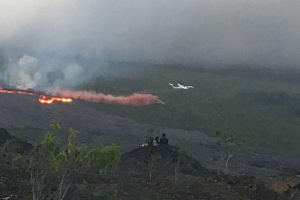 Le Dash intervient pour éteindre l'incendie qui se déclare au passage du front de la coulée de lave.