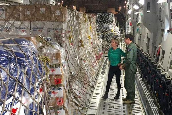 Julie Bishop, la ministre australienne des Affaires étrangères, inspectant l'aide délivrée aux Fidji. (Photo ABC)