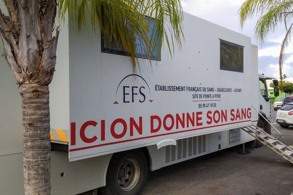 Camion don du sang EFS Guadeloupe