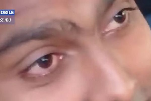 Les yeux du policier mauricien. Les deux frères lui demandent de ne pas conduire sept 2018