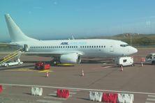 Le boing 737-700 d'ASL Airlines sur le tarmac de l'aéroport Pointe Blanche. L'avion est arrivé ce lundi 21 juin avec à son bord 83 personnes.