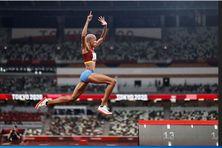 Yulimar Rojas du Vénézuela établit un nouveau record du triple saut et devient la première athlète de son pays a remporter une médaille d'or.