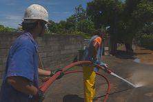 Les équipes techniques de la commune de Arue nettoient une servitude après les fortes pluies de la nuit de mardi à mercredi.