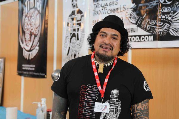 Roonui, tatoueur polynésien au Mondial du tatouage 2015 à Paris