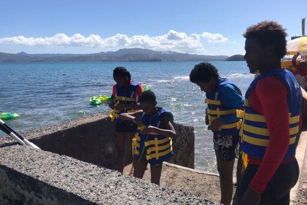 Enfants prêts à partir en kayak au club sportif du Maracaña