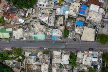 Vue aérienne d'une rue désert à Port-au-Prince.