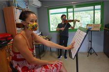 Amandine Clémencet, professeure de violon et son grand élève, Tommy Yeung, lors du second confinement.