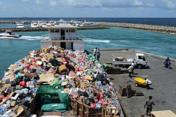 Barge poubelle Maldives