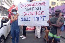 Une affiche portée par des manifestants