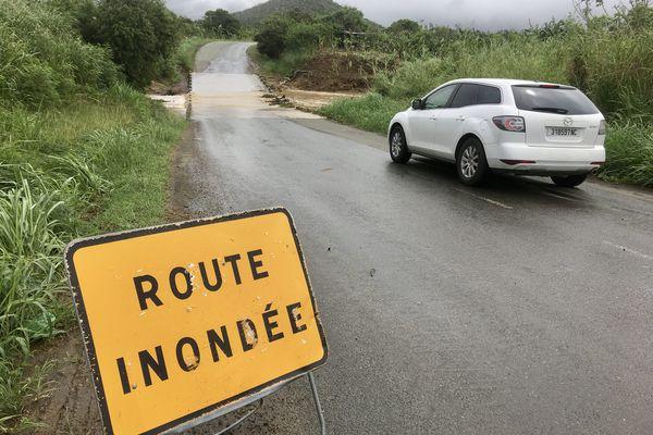 Inondations Païta. Route inondée