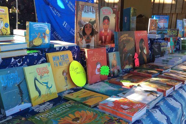 Festival LÔL L'île Ô Livres littérature jeunesse Voh stand livres (juillet 2017)