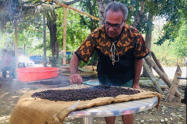 Dix ans de l'Ecomusée du café à Voh, José Kabar, torréfaction, 8 août 2020