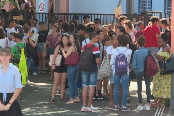 greve retraites 10 décembre blocage lycée Bellepierre Saint-Denis 101219