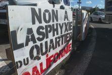 Banderoles de protestation à l'entrée de la zone de Californie au Lamentin.