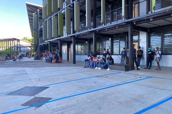 Des collégiens attendant le début des cours ce lundi au collège de Bouéni