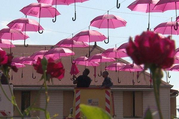 Octobre Rose sensibilisation dépistage cancer du sein parapluies roses Saint-Benoît 011020