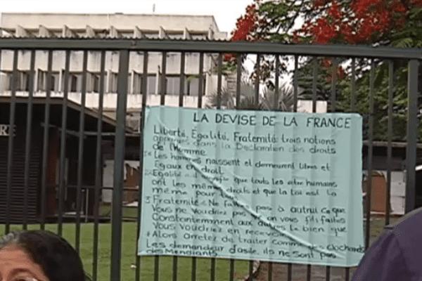 Banderole devant la préfecture