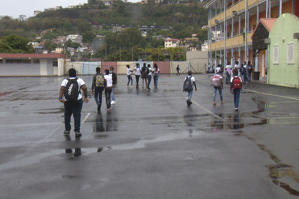 Les élèves dans la cour