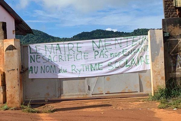Une banderole bien explicite pour interpeller le maire de la commune de Ouangani