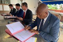 Madi Madi Souf, président de l'Association des maires a signé cette convention au nom des 17 communes de l'île.