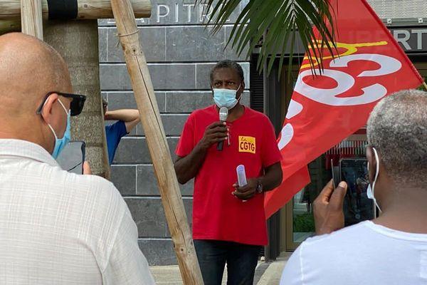 Jean-Marie Nomertin entouré de ses soutiens de la CGTG, devant le tribunal de Pointe-à-Pitre - 06.11.2020