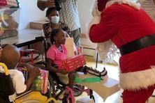 Le Père Noël fait escale à l'hôpital des enfants à Saint-Denis.