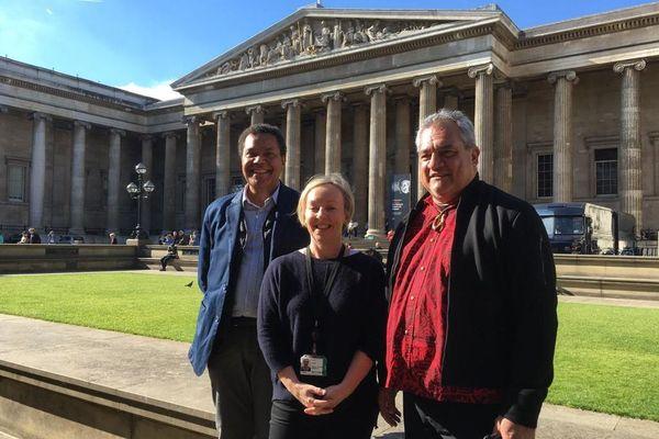 Emmanuel Kasarhérou, Julie Adams du British Museum et Heremoana Maamaatuaiahutapu, ministre de la Culture de la Polynésie à Londres