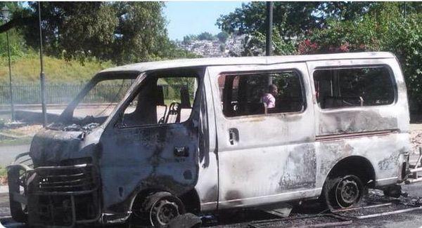 Haïti, minibus incendié